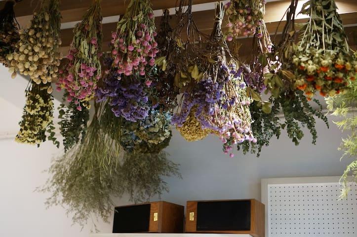 Enjoy a day in GOODLILY flower studio