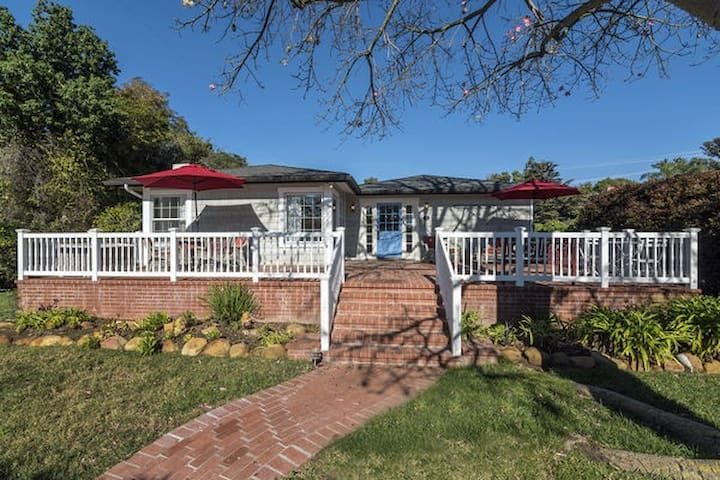 Butterfly Beach Retreat - One block to the Beach!