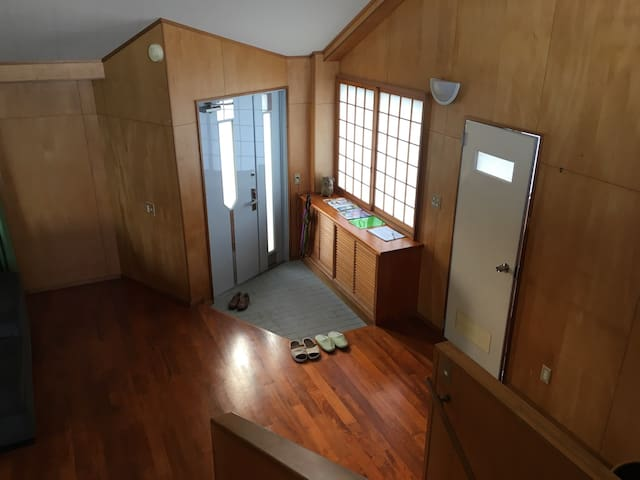 玄関には靴箱、その右手ドアはトイレとお風呂場