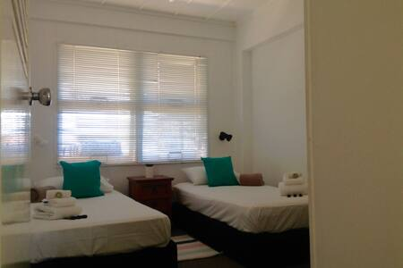 Private room in Burleigh Heads. 1min from beach - Burleigh Heads