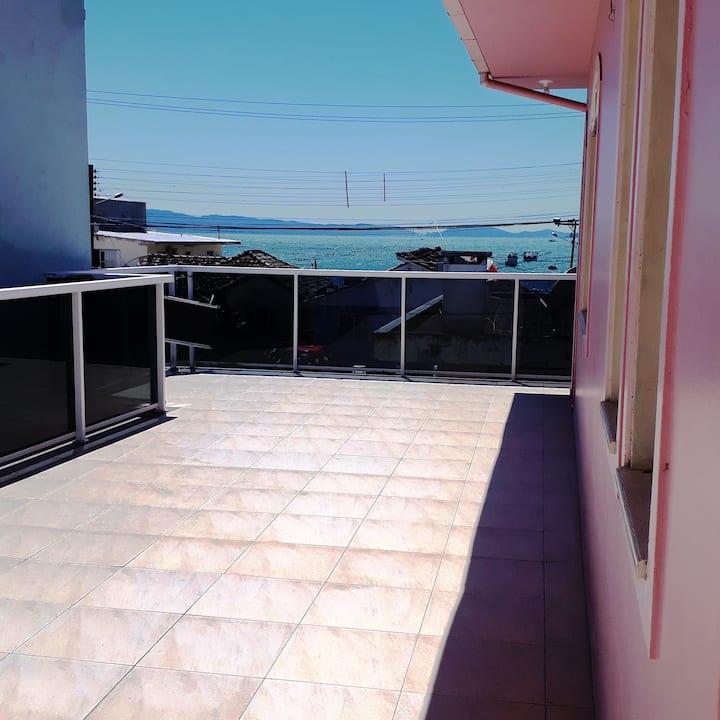Casa Rosa, a 50 metros da praia e tranquila.