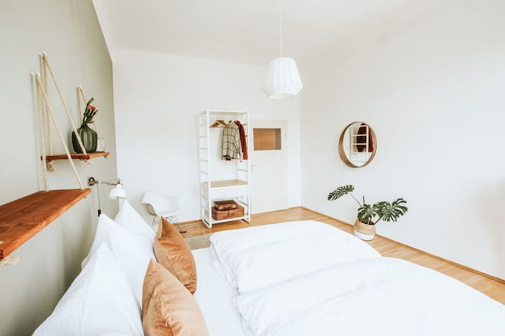 master bedroom with kingsize bed (180x200)