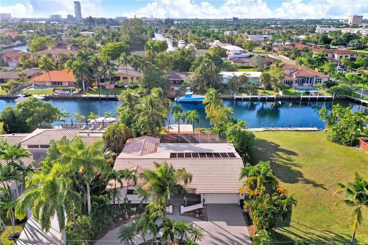 Awesome 3 / 2.5 Bath on the water in Hallandale FL