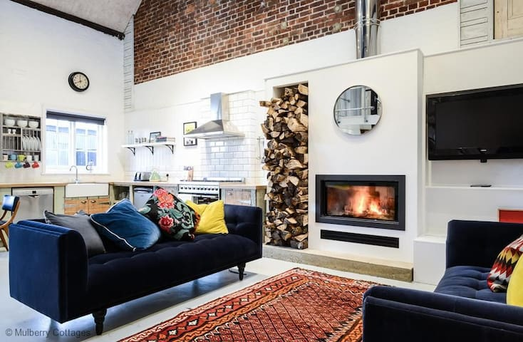 The Littleton Pump House Sleeps 6, a lovely quirky, renovated old pump house designed in a Scandinavian style. - Littleton - Rumah