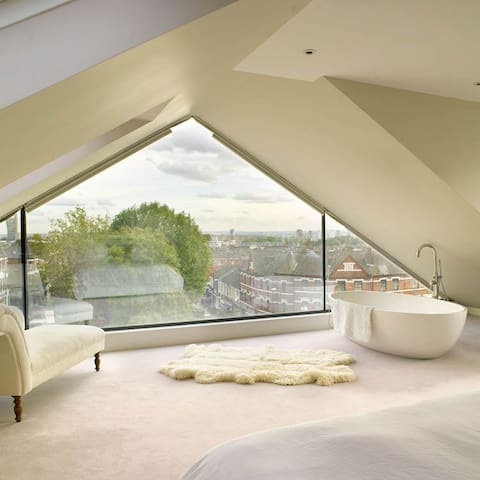 Stunning 2 bedroom flat with private roof terrace