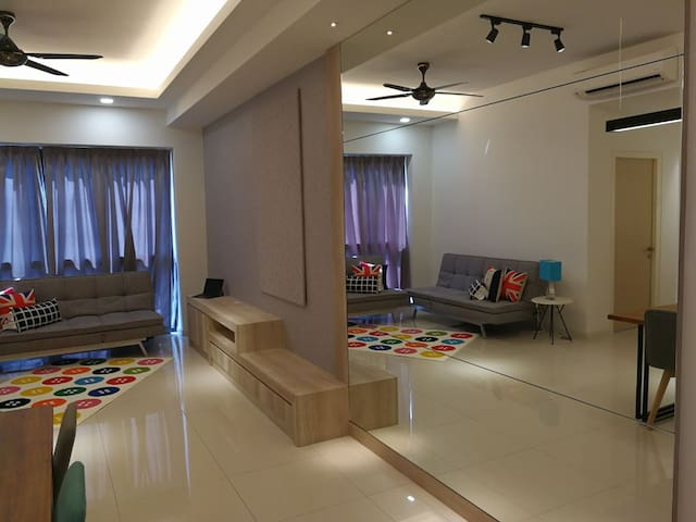 5-8 pax Spacious + Luxury HomeStay with WiFi