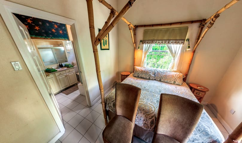 Becky's by the Sea, En-Suite Master Bedroom - Fitts Village - Casa de huéspedes