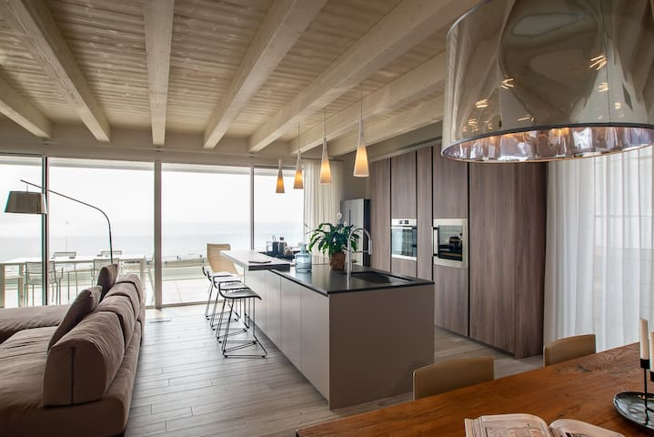 Sea front penthouse with solarium, pool and garage