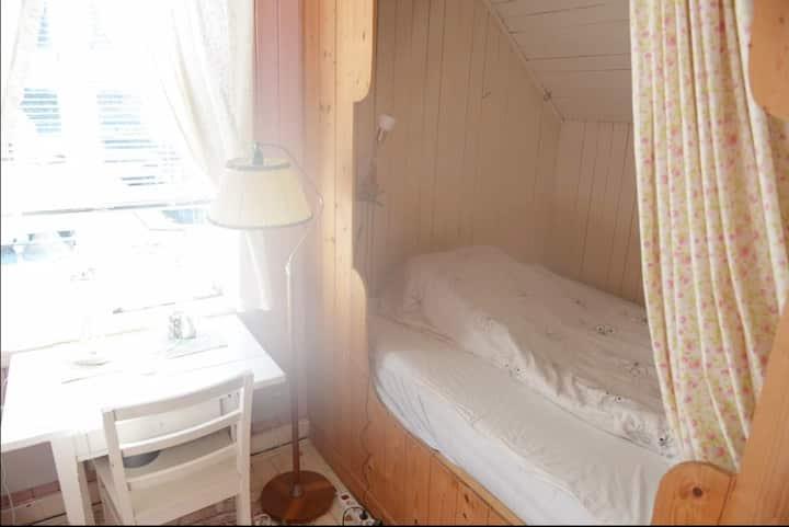 Nydelig rom med tilgang til stor stue og kjøkken.