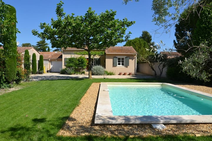 le jardin de 900 m2 avec piscine privative