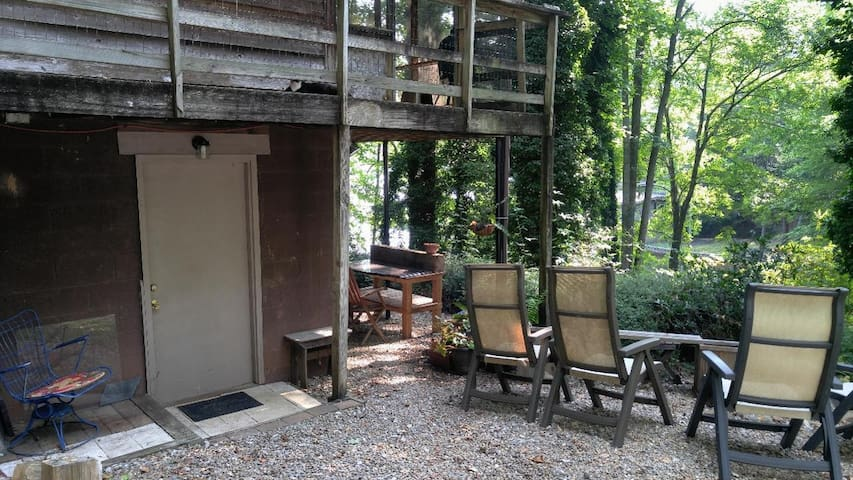"""Private entry to lower level suite with patio and lovely shaded yard on private lake, swim,  paddle, go fishing, or just kick back and listen to the birds. You have got it """"Made in the Shade"""""""