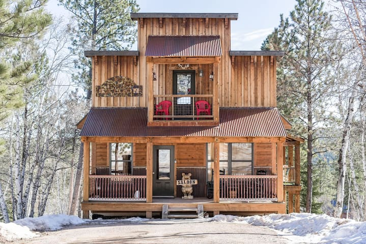 Saloon Cabin on Gilded Mountain with private hot tub