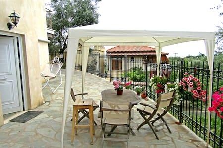Charming Little House οn top of Kalamata. - Καλαμάτα  - Talo
