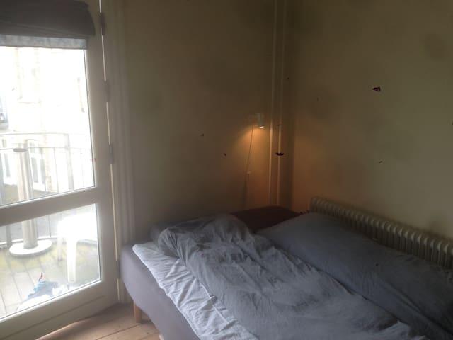 PÅ Frederiksbjerg Torv, 2 rum og hyggelig altan