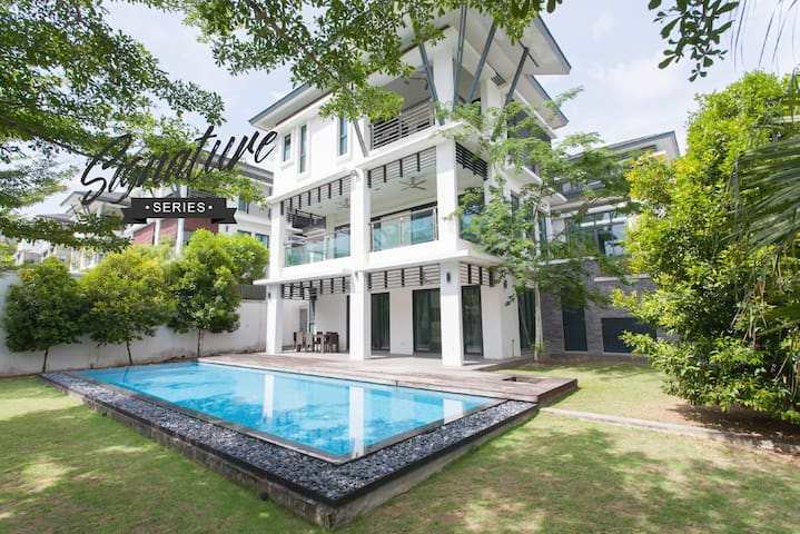 LARGE 6BR Estate with PRIVATE POOL + FREE WiFi