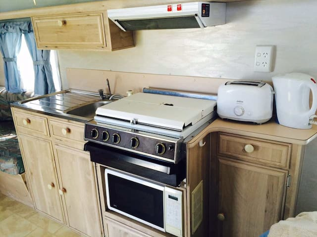 Lakeside caravan - own kitchen - Comaum - Camper/RV