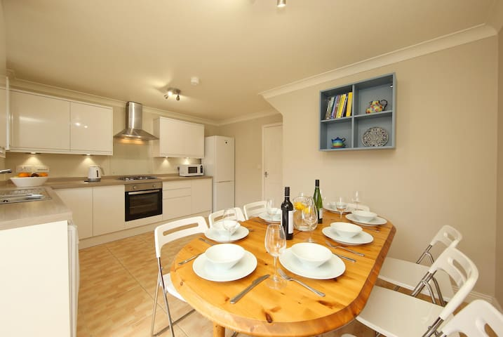 5 BR townhouse with parking close to UHW