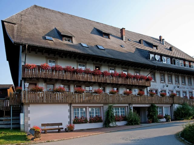 Hotel Schwarzwaldgasthof Zur Traube, (Titisee Neustadt- OT Waldau), Juniorsuite Schwarzwaldstüble mit Balkon