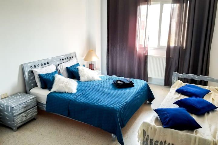 Une grande chambre à coucher avec un dressing.