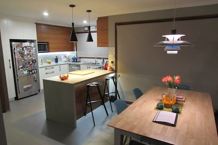Funky townhouse in great location! - Phillip - 一軒家