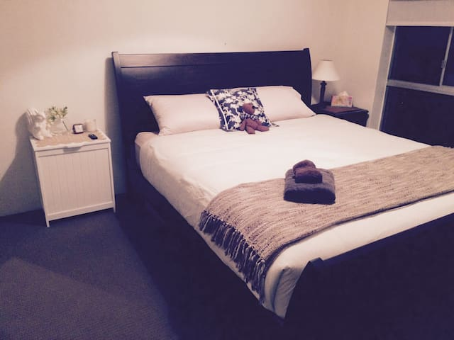 King bed on Beaumont 5 mins to city - Hamilton - Appartement