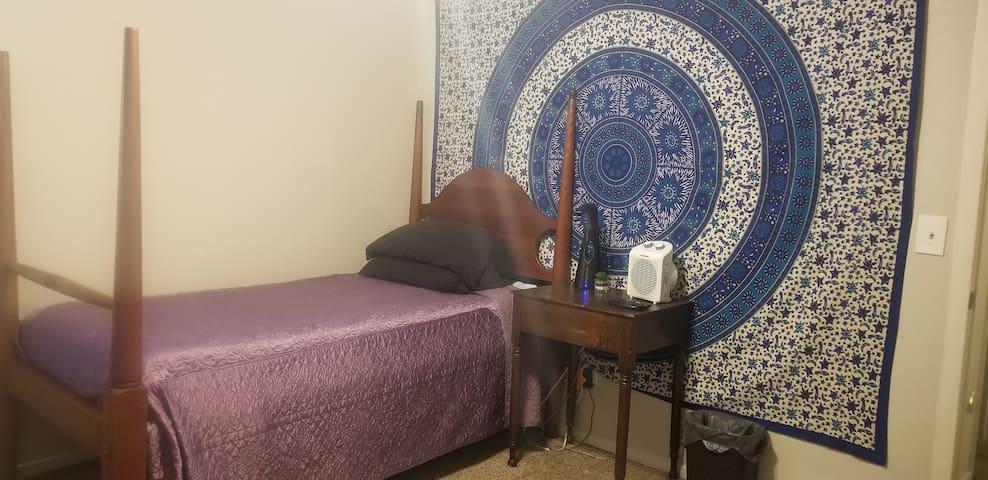 Private Mini Hotel Room w/tv, fridge, Roku, WiFi