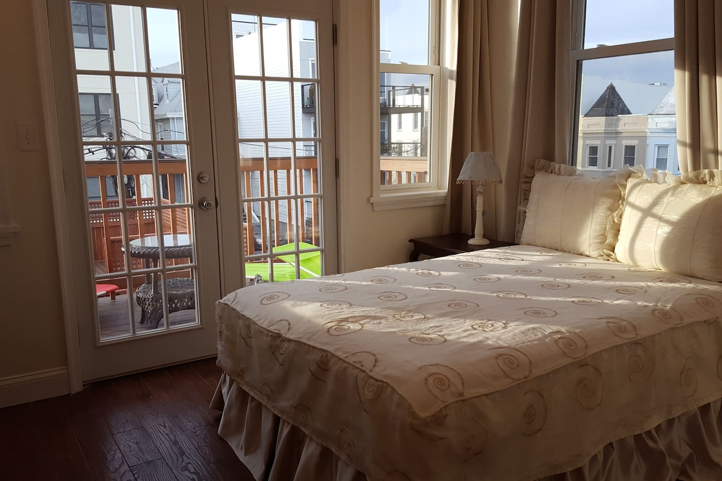 Bright Room with Private Bathroom, Balcony, and a Queen Size Bed