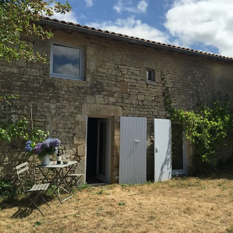 Stone house in a calm hamlet, in the Deux-Sevres - Celles-sur-Belle - House
