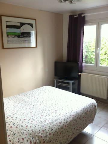 Chambre ensoleillée, lit électrique très confortable (140x190). Armoire, table de chevet et bureau