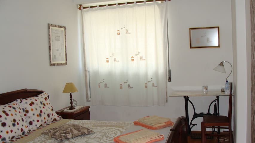 Double bed room(Brown)Near Lisb airport &P. Nações