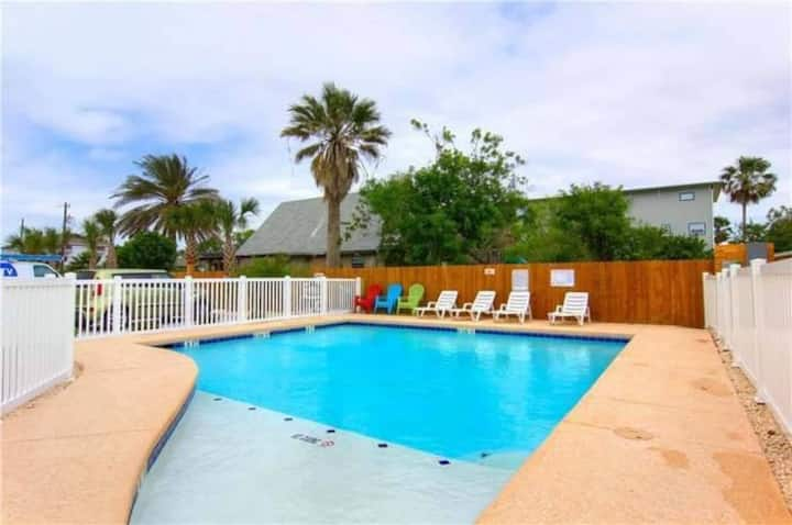 4SP: Adorable Cottage, Shared Pool, Roomy, Open Concept
