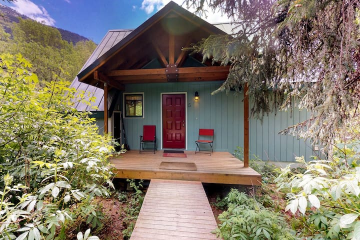 Cozy chalet w/private hot tub & views-walk to slopes, dogs welcome