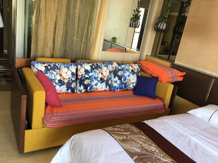 这是个沙发床,打开后是上下双层床