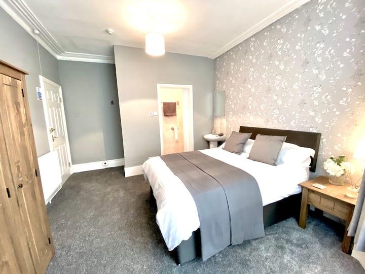 Ground floor double bed, en suite. Prestatyn