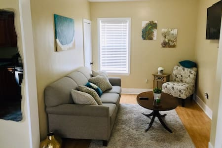 Comfy Easeful Two Bed Apartment. 35 min to Boston!