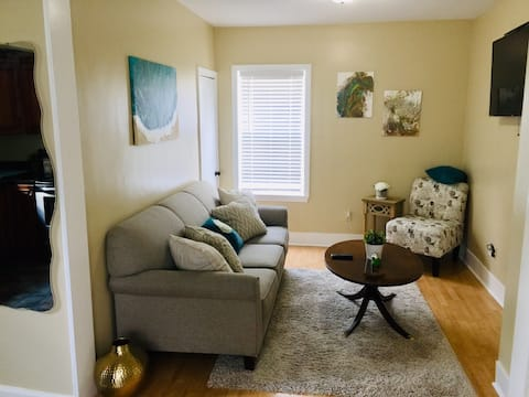Comfy Easeful Two Bed Apartment. 30 min to Boston!