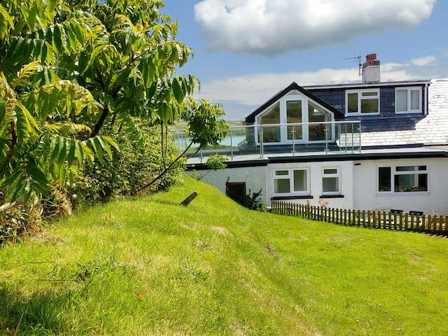 WATERS EDGE, pet friendly, with open fire in Dale, Ref 991702