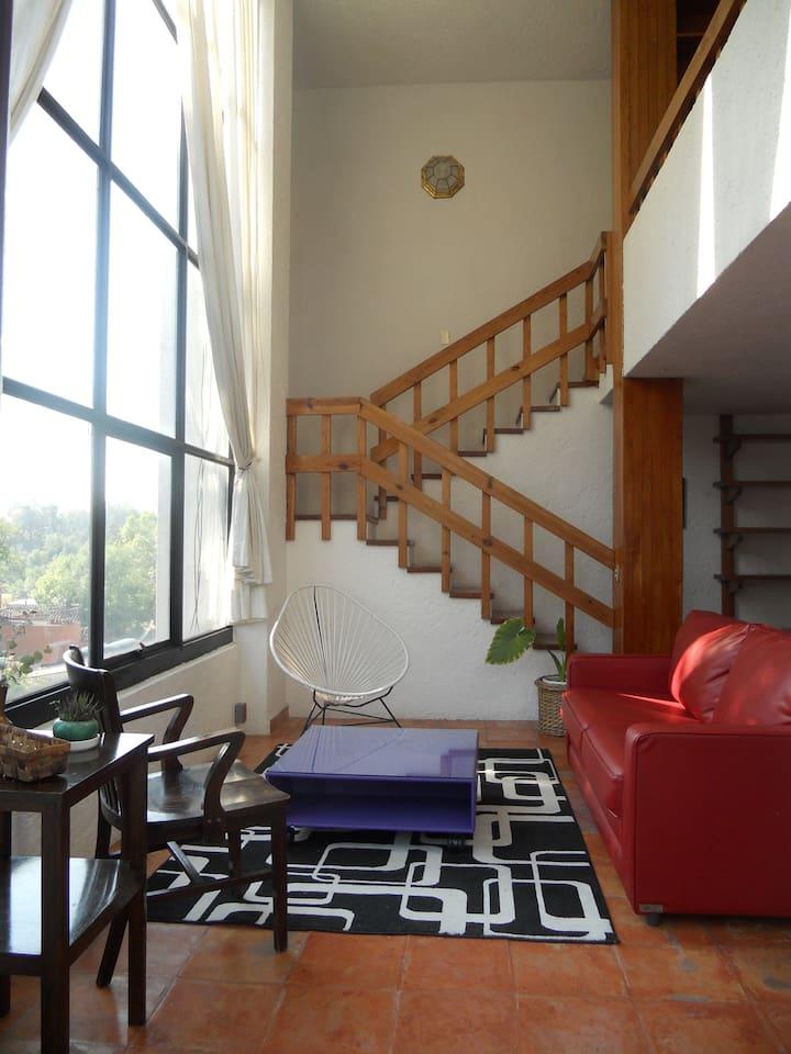 Sala con ventanal y doble altura