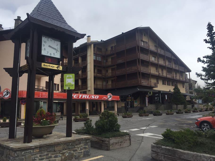 Edificio Jacetania junto al reloj de la plaza central