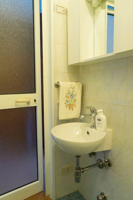 bagno con prodotti per l'igiene personale e asciugamani