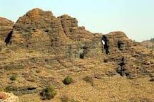 Sentiero Natura nel  Parco Regionale del Beigua Anello breve ma assai remunerativo lungo il selvaggio canyon scavato dal Torrente Gargassa e sull'aereo e panoramico percorso, parzialmente attrezzato, delle soprastanti rocce nere di conglomerato