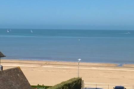 F2 vue mer en centre ville à 50m de la plage