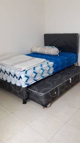 Two single bed can use for 2 persons
