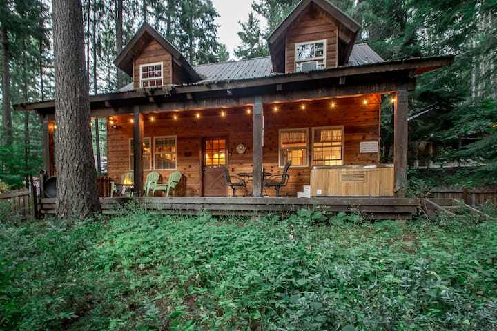 Cozy cabin for 4, hot tub, WiFi, and just 20 minutes to Stevens & Leavenworth- Chipmunk Lodge-1.5 Bedroom, 1.25 Bathroom