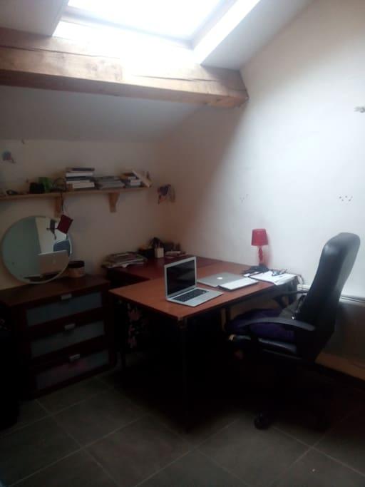 Grand bureau bien éclairé (sous le velux)
