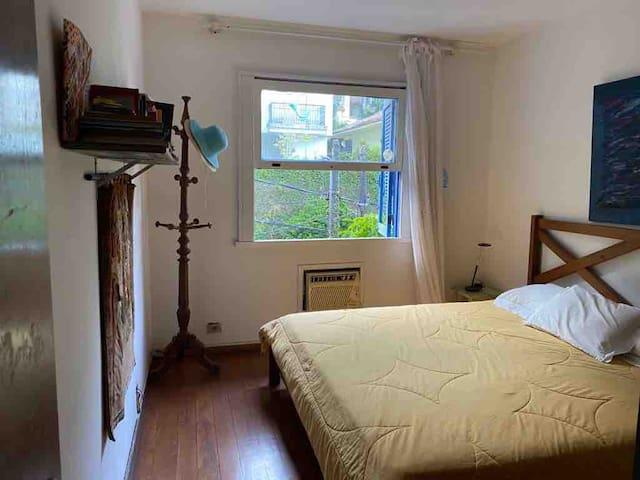 Shiny room in artist's house/ Cantinho iluminado