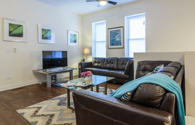 The Tasteful Chicago Condo- Walk The City, 4 Beds!