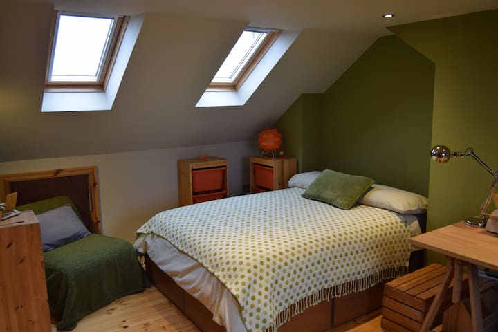Cosy loft space with ensuite. Great location! B&B