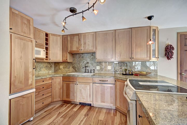Beautiful private home w/ stunning views. Monthly rentals avail. during summer. 1250