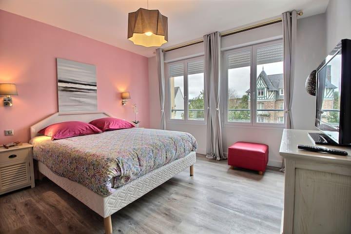 Chambre avec lit double et télévision